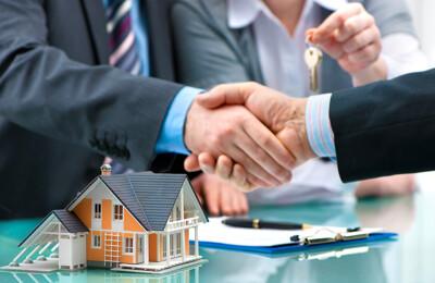 Handschlag beim Abschluss des Verkaufs einer Immobilie
