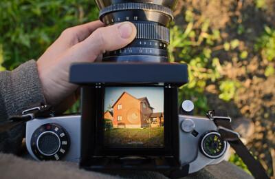 Mann hält Kamera in den Händen
