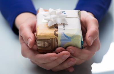 Frau hält Geldgeschenk in den Händen