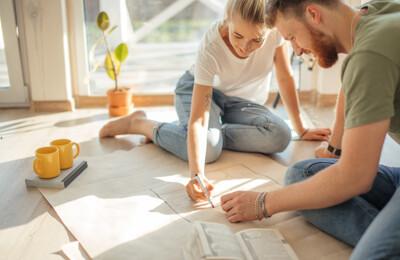 Junges Paar zeichnet einen Grundriss