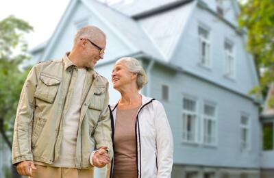 Älteres Ehepaar vor einem Haus