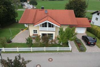 Luftaufnahme eines Einfamilienhauses