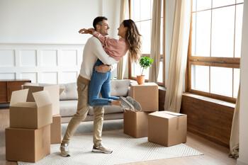 Junges Paar in der Wohnung
