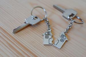 Hausschlüssel unterteilt in zwei Teile