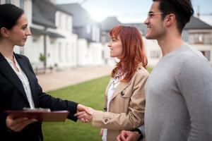 Immobilienmaklerin mit Kunden