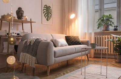 Sofa und Dekorationen