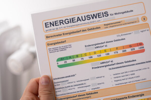 Energieausweis in Hand