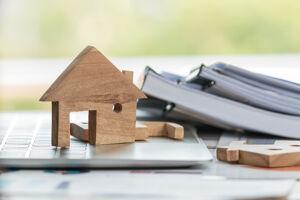 Modellhaus mit Aktenordnern