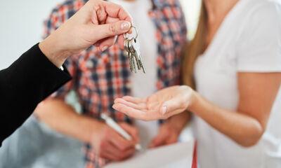 Hand reicht Schlüssel
