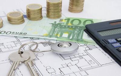 Schlüssel und Geld auf einem Grundriss