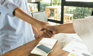 Handschlag mit zwei Händen