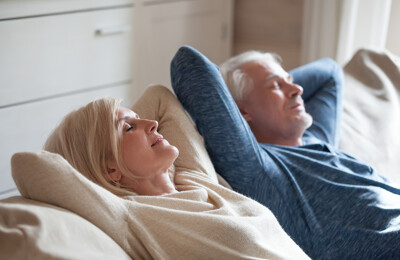 Älteres Paar entspannt auf dem Sofa