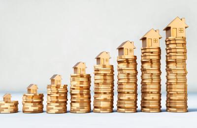 Häuser auf Münzstapeln