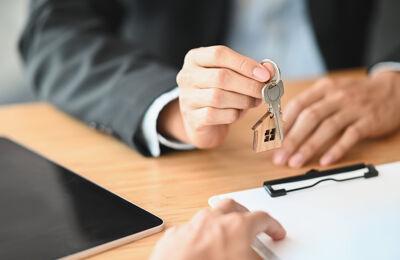 Schlüsselübergabe für eine Immobilie in Neuss