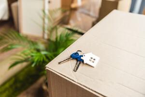 Hausschlüssel auf Umzugskartons