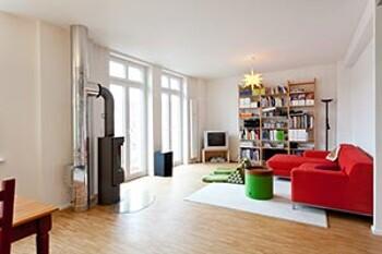 Helles Wohnzimmer mit Kaminofen