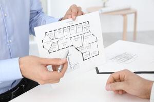 Makler zeigt Grundriss