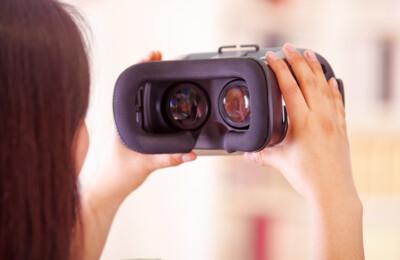 Frau mit 3D-Brille