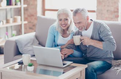 Ehepaar mit Laptop auf dem Sofa