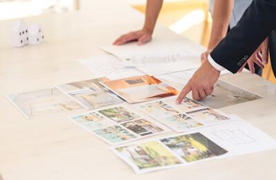 Makler präsentiert Immobilienbilder