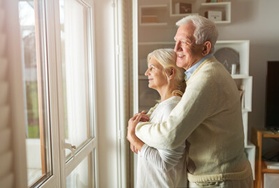 Älteres Ehepaar am Fenster