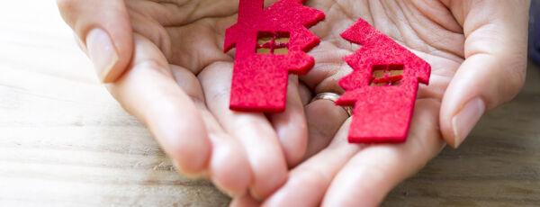 Hand mit Modellhaus