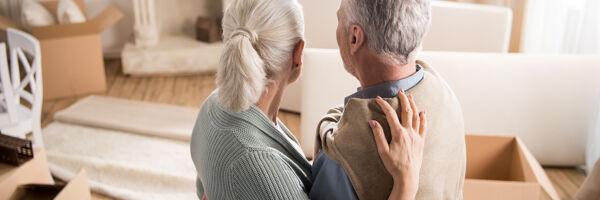Seniorenpaar umarmt sich