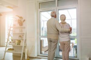 Senioren vor dem Fenster