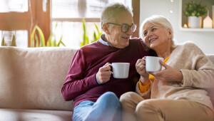Älteres Paar auf dem Sofa