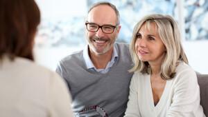 Älteres Paar bei Immobilienberatung