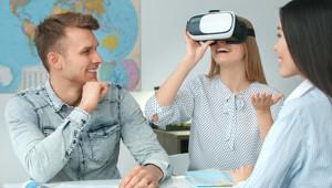 Frau mit Virtual Reality-Brille