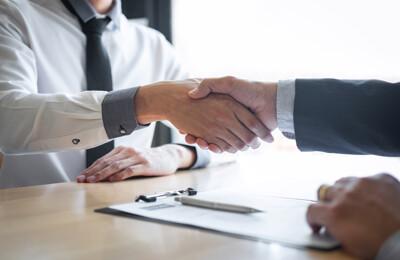 Handschlag zum Abschluss der Transaktion