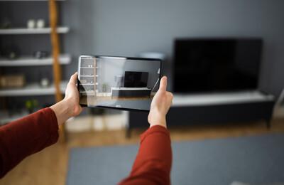 Makler bei Erstellung virtueller Immobilientour