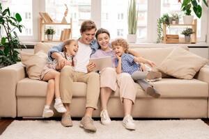 Familie mit Kindern auf dem Sofa