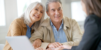 Seniorenpaar mit Makler