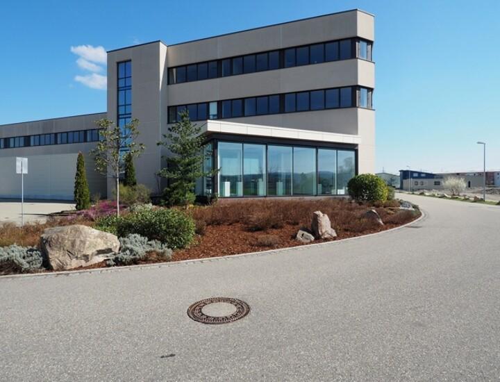 Bürogebäude mit Halle