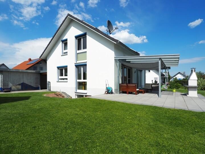Frei stehendes Passivhaus mit großem Garten