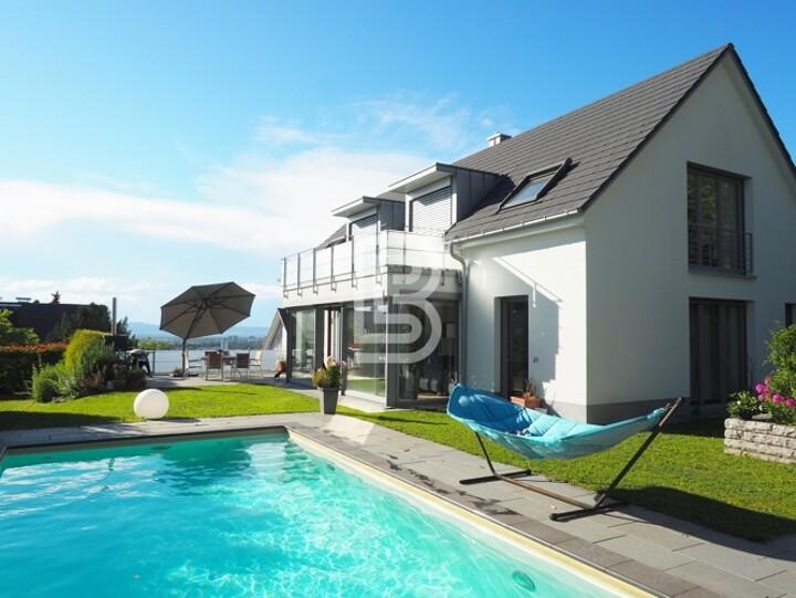Moderne Luxusvilla mit Pool und Westblick
