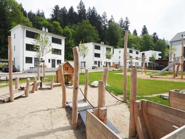 Moderne Doppelhaushälfte in grüner Umgebung