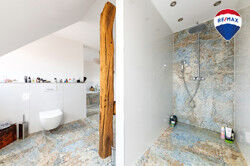 Badezimmer mit bodentiefer Regendusche