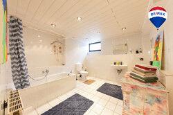 Voll ausgestattetes Badezimmer im Keller