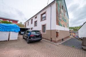 Aussenbereich - Garage und Haupteingang