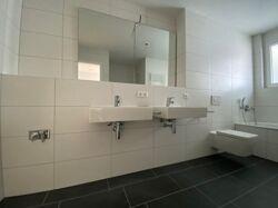 Badezimmer mit Waschmaschinen-Stellplatz