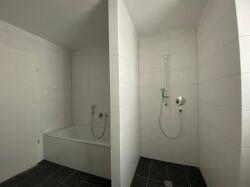 Begehbare Dusche und Badewanne