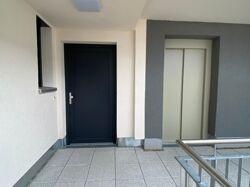 Eingangstür neben Aufzug
