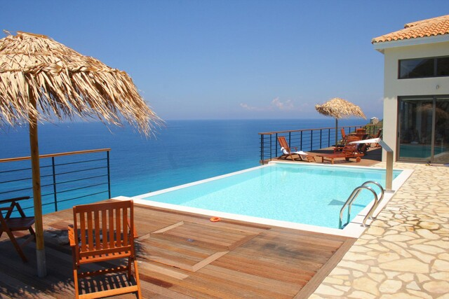 Villa und Pool mit Meerblick