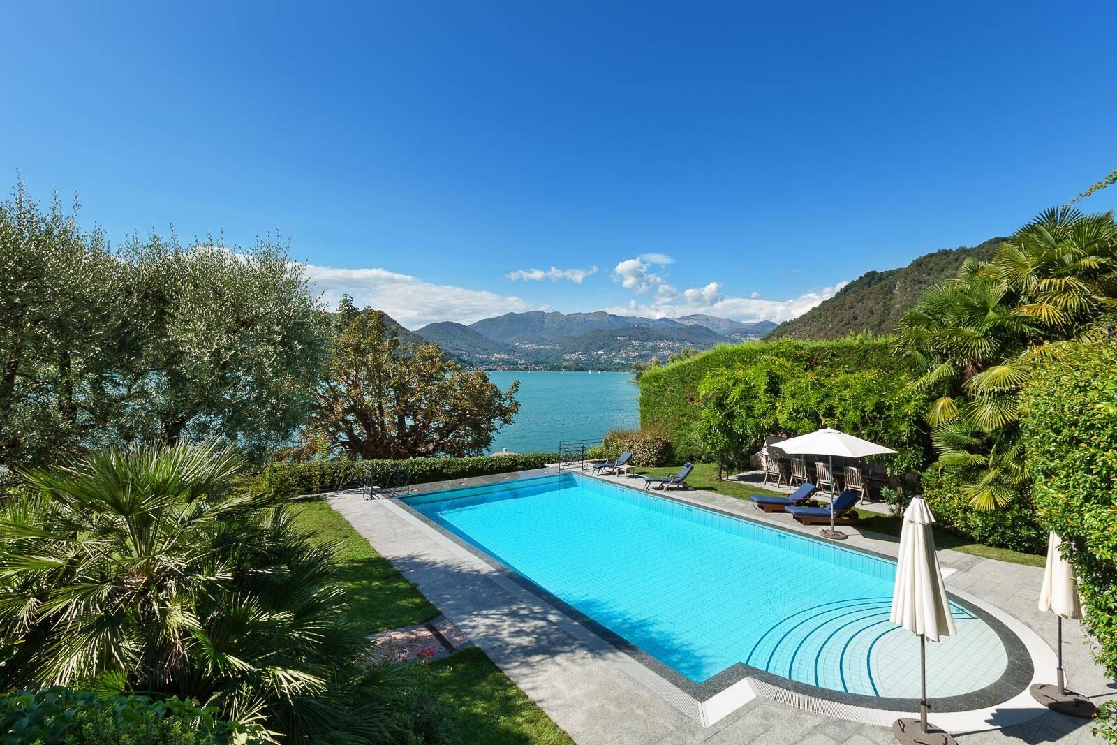 Pool einer Villa mit Meerblick