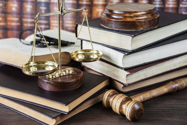 Bücher, Richterhammer und Goldwaage