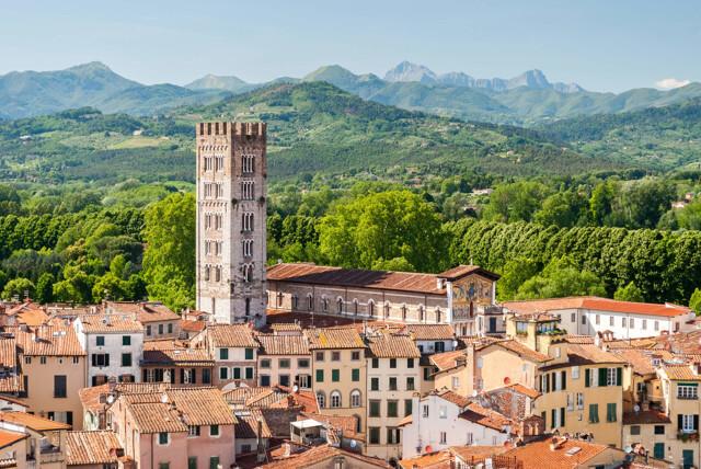 Stadt und Hügel im Norden der Toskana