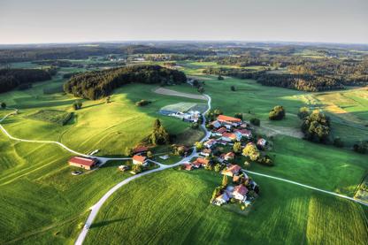 idyllisches Dorf von oben